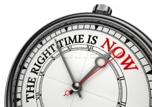 1926754_conceito-relógio-tempo-branco-fundo-vermelho